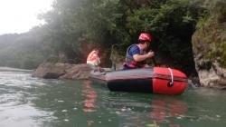 【附救援视频】怀孕妻子被困河中 间隔十米成为他们最远的距离